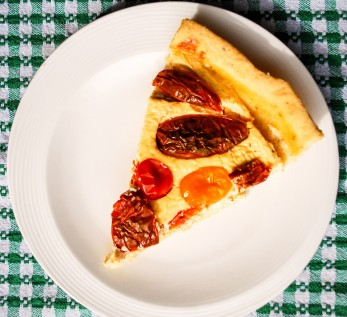Tart with cheese and cherry tomatoes 3-min