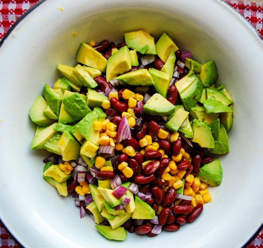 Salată cu avocado și porumb 3